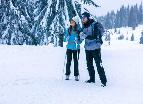 A couple skiing in Jammu
