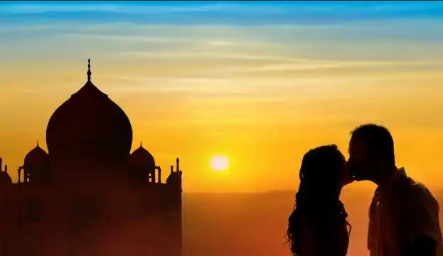 A honeymoon couple at Taj Mahal