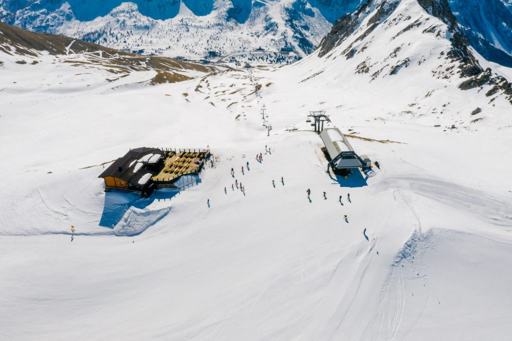 Skiing in India by adventuresome
